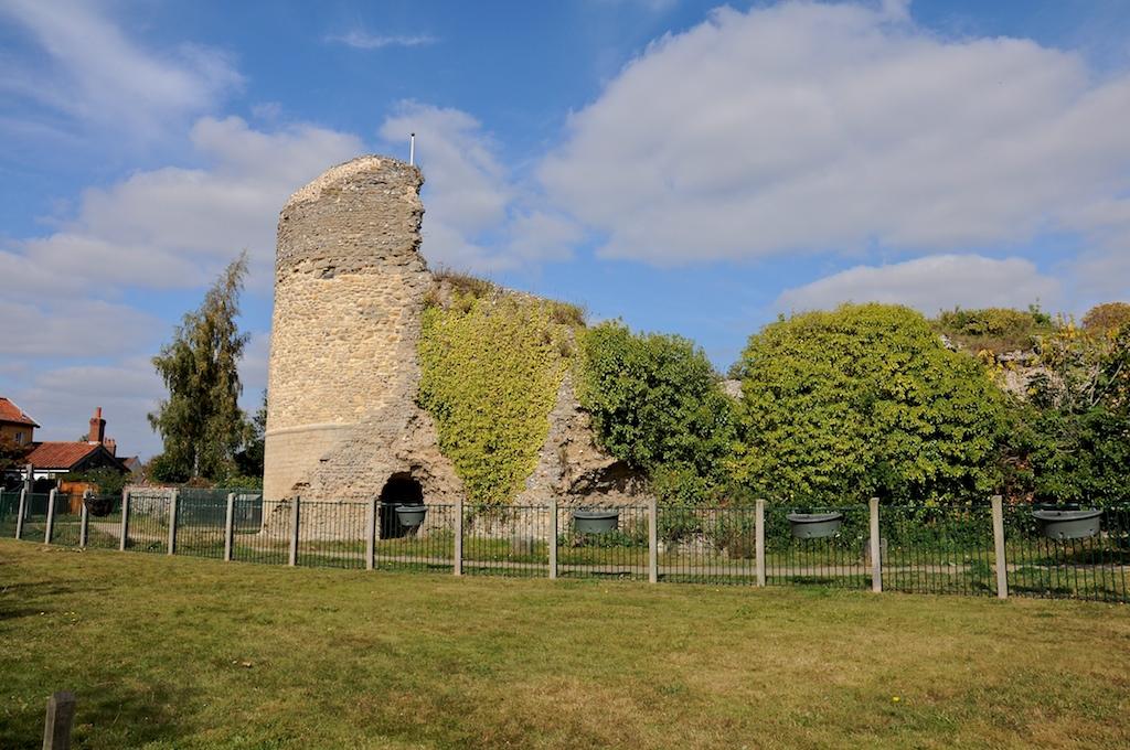 Bungay Castle. Photo by Martin Pettitt, CC-BY 2.0.